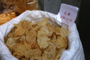 西營盤にある徳輔道西(デ・ヴー・ロード・ウェスト)の「海味街」で売られるの高級中華食材。「花膠」「魚胆」とよばれる魚の浮き袋。乾貨とも呼ばれる高価な食材の写真素材 [FYI03438056]