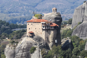 メテオラ岩山に建つアギオス・ニコラオス修道院の写真素材 [FYI03438103]