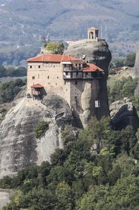 メテオラ岩山に建つアギオス・ニコラオス修道院の写真素材 [FYI03438104]