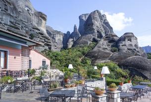 レストランテラス越しにメテオラの奇岩を見るの写真素材 [FYI03438110]
