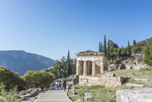 アテネ人の宝庫を見るデルフィ遺跡風景の写真素材 [FYI03438132]