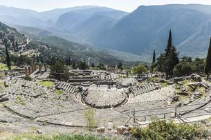 デルフィ遺跡劇場越しにアポロ神殿を望むの写真素材 [FYI03438138]
