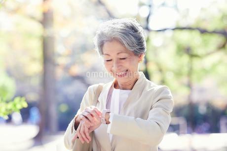 スマートウォッチを見る女性の写真素材 [FYI03438296]