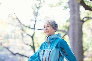 歩くシニア女性の写真素材 [FYI03438302]