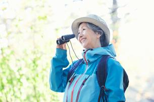 双眼鏡を持つ女性の写真素材 [FYI03438321]