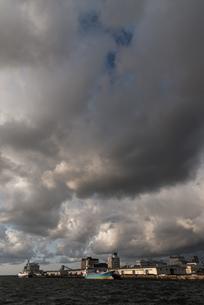 雲と博多港の写真素材 [FYI03438428]