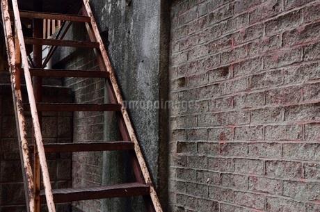 錆びた階段とレンガの壁の写真素材 [FYI03438431]
