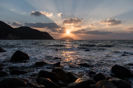 糸島 海の光芒の写真素材 [FYI03438436]