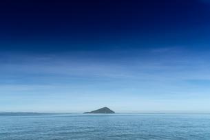 晴れた朝の糸島半島の姫島の写真素材 [FYI03438440]