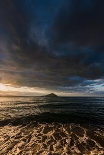 黒いの雲のある糸島夕景の写真素材 [FYI03438442]