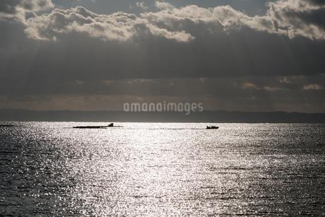 いかだから離れる漁船と雲の写真素材 [FYI03438446]