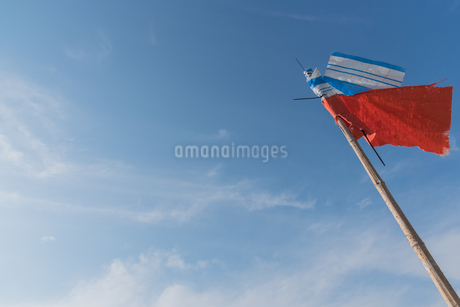 旗と青空の写真素材 [FYI03438448]