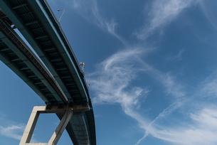都市高速と青空の写真素材 [FYI03438450]