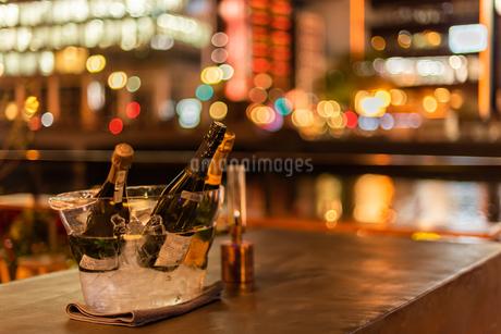 ボトルと夜の街の写真素材 [FYI03438454]