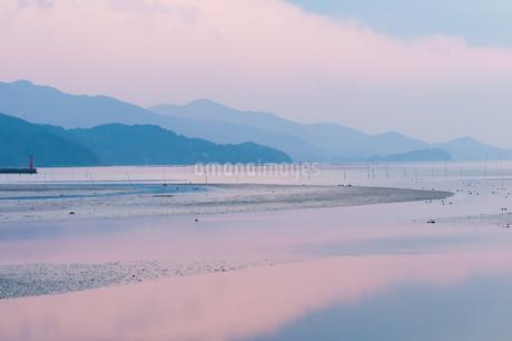 淡いピンクの糸島夕景の写真素材 [FYI03438457]