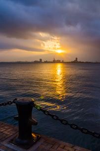 能古島より朝日の百道浜を臨むの写真素材 [FYI03438462]