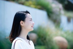 笑っている女性の横顔の写真素材 [FYI03439110]