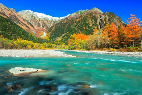 快晴の上高地 梓川の清流と冠雪の穂高連峰に紅葉の写真素材 [FYI03439117]
