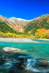 快晴の上高地 梓川の清流と冠雪の穂高連峰に紅葉の写真素材 [FYI03439119]