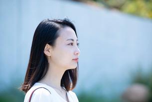 遠くを見ている女性の横顔の写真素材 [FYI03439121]