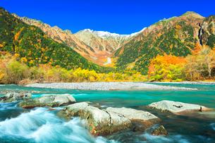 快晴の上高地 梓川の清流と穂高連峰に冠雪と紅葉の写真素材 [FYI03439122]