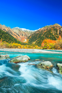 快晴の上高地 梓川の清流と穂高連峰に冠雪と紅葉の写真素材 [FYI03439124]