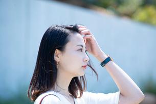 遠くを見ている女性の横顔の写真素材 [FYI03439132]