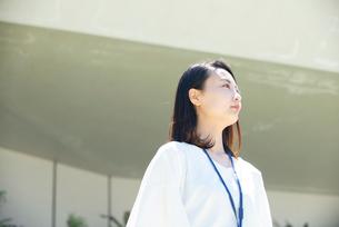 遠くを見ている女性の写真素材 [FYI03439179]
