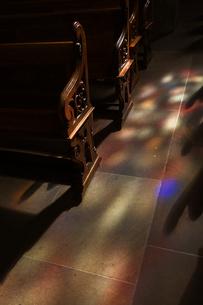ステンドグラスの光の写真素材 [FYI03439418]