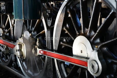 蒸気機関車の動輪のクローズアップの写真素材 [FYI03439450]
