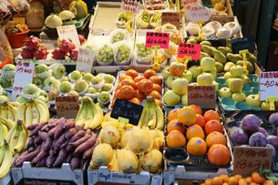 香港・旺角(モンコック/Mong Kok)の市場で売られる世界各国から輸入された果物。中央は日本産富有柿で一個140円で売られていた。その右は日本産リンゴの写真素材 [FYI03439453]