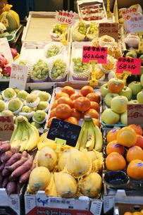 香港・旺角(モンコック/Mong Kok)の市場で売られる世界各国から輸入された果物。中央は日本産富有柿で一個140円で売られていた。その右は日本産リンゴの写真素材 [FYI03439454]