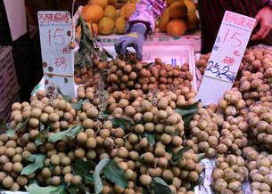 香港・旺角(モンコック/Mong Kok)の市場で売られる竜眼の写真素材 [FYI03439479]