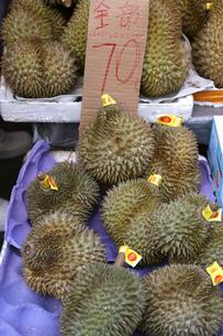 香港・旺角(モンコック/Mong Kok)の市場で売られるドリアン。1個900円の写真素材 [FYI03439481]