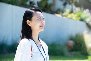 笑っている女性の写真素材 [FYI03439493]