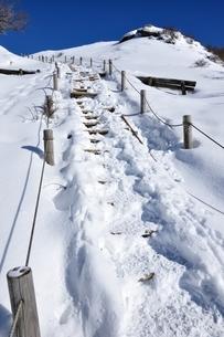 雪の塔ノ岳山頂直下の写真素材 [FYI03439553]