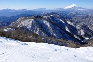 雪の塔ノ岳山頂からの展望の写真素材 [FYI03439560]