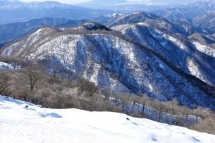 鍋割山稜の雪景色の写真素材 [FYI03439561]