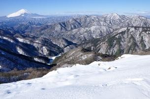 富士山と丹沢の雪景色の写真素材 [FYI03439562]