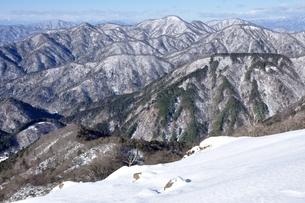 雪景色の山並みの写真素材 [FYI03439563]