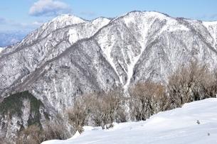 雪景色の山並みの写真素材 [FYI03439583]