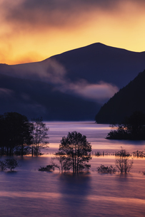 秋元湖の夜明けの写真素材 [FYI03439736]