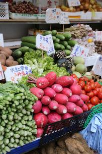 香港・旺角(モンコック/Mong Kok)の青空市場で売られる赤ダイコンや菜心(カイラン菜)などの野菜野菜の写真素材 [FYI03439801]