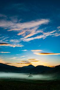 霧ヶ峰高原 霧流れる踊り場湿原と朝焼けに染まる空の写真素材 [FYI03439824]