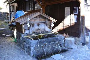 奈良井宿 水場の写真素材 [FYI03439876]