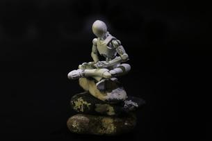 座禅のポーズをするプラスチック人形の写真素材 [FYI03439894]
