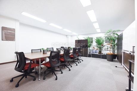 緑のあるオフィスの会議室の写真素材 [FYI03440061]