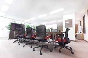 緑のあるオフィスの会議室の写真素材 [FYI03440062]