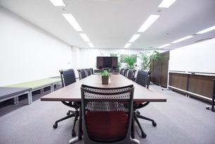 緑のあるオフィスの会議室の写真素材 [FYI03440064]