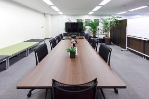 緑のあるオフィスの会議室の写真素材 [FYI03440065]